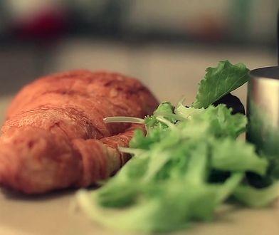 Croissant z jajecznicą, kurczakiem i pieczarkami. Mistrzowskie śniadanie