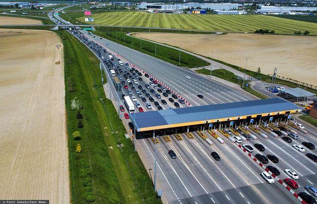 Korki na autostradzie A1 - kierowcy czekają pół godziny w kolejce do bramek w stronę Trójmiasta