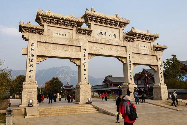 Główna brama przed wejściem na teren klasztoru