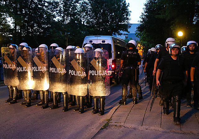 Zamieszki przed komendą policji po śmierci 21-latka