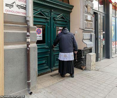 """""""Delegaci proboszcza"""" zbierają datki na potrzeby parafii."""