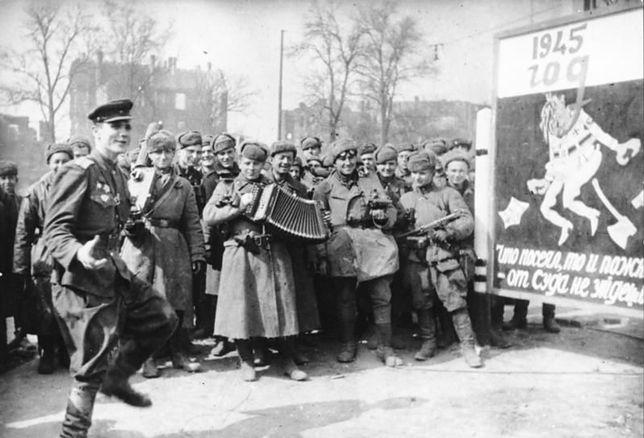Czerwonoarmiści! Niemieckie kobiety są wasze! Sowieckie gwałty w Prusach i Berlinie