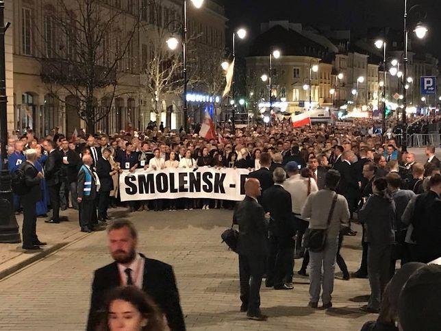 Rocznicę katastrofy smoleńskiej zakończył przemarsz z pl. Zamkowego przez Krakowskie Przedmieście