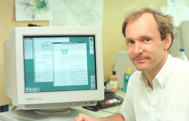 Tim Berners-Lee ze swoim dziełem