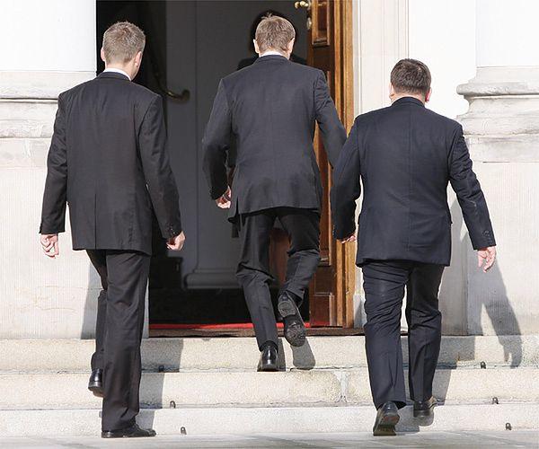 Premier Donald Tusk (w środku)
