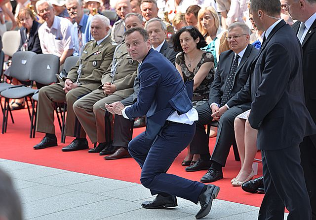Andrzej Duda ratuje hostię - zdjęcia