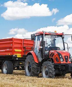 Miotła w traktorze. Rolnicy wciąż zapominają, że nie wolno zaśmiecać dróg