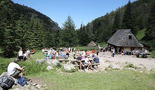Turyści podczas wypoczynku w Dolinie Strążyskiej