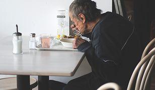 Daj herbatę, podziel się zupą. Nie oceniaj. Odwiedziliśmy warszawską restaurację, która zaprasza bezdomnych na obiady