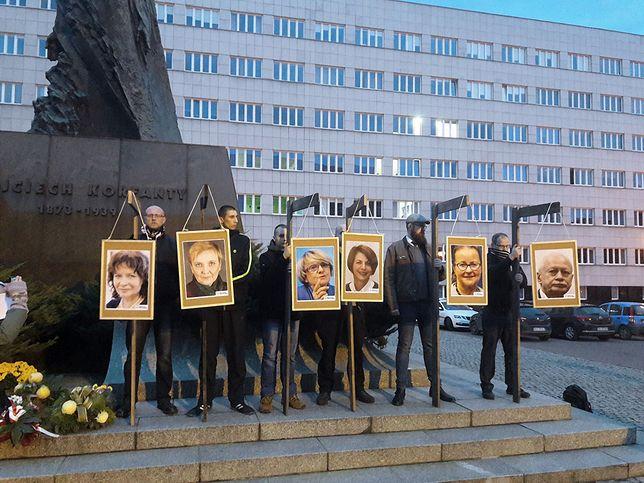 Pikieta Ruchu Narodowego i innych organizacji prawicowych podczas której powieszono na szubienicach portrety europosłów PO.
