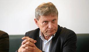 """""""Czy to już PiS-LOT?"""". Balcerowicz pokazał gazety dla pasażerów"""