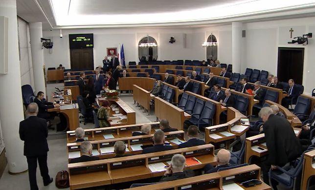 Centrum Informacji Senatu wyjaśnia, że obecna sala obrad jest za mało
