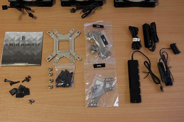 Wszystkie części, rozgałęziacze FAN i RGB oraz manualny pilot do zmiany kolorów chłodzenia.
