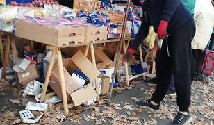 Bazar Olimpia. Emeryci kupują starą żywność i leki na czarnym rynku. Jest kontrola