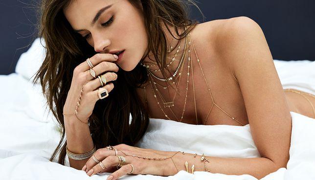 Ubrana tylko w biżuterię