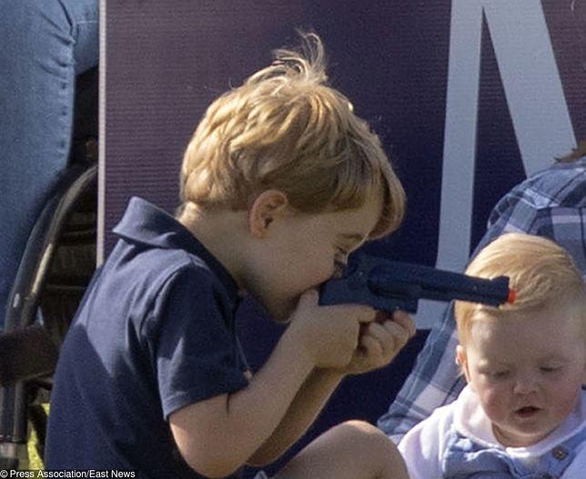 Książe George bawi się plastikowym pistoletem. Pojawiły się słowa krytyki