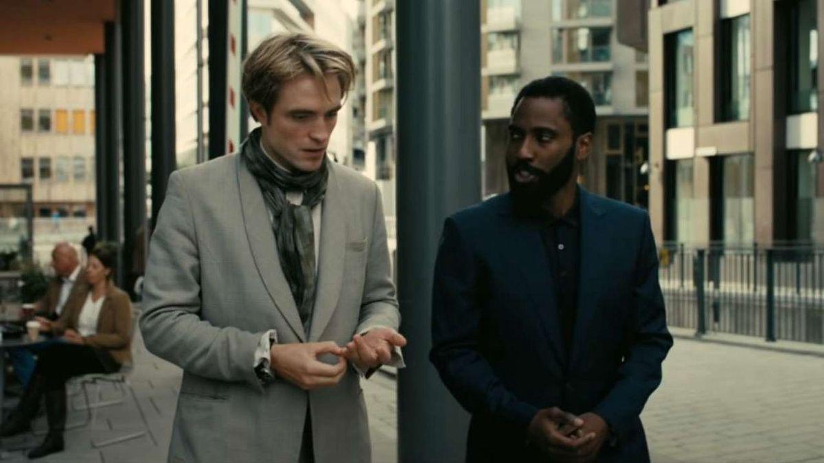 """Kadr z filmu """"Tenet"""". W rolach głównych występują Robert Pattinson i John David Washington"""