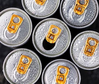Napój energetyczny zawiera w składzie kofeinę, która działa pobudzająco.