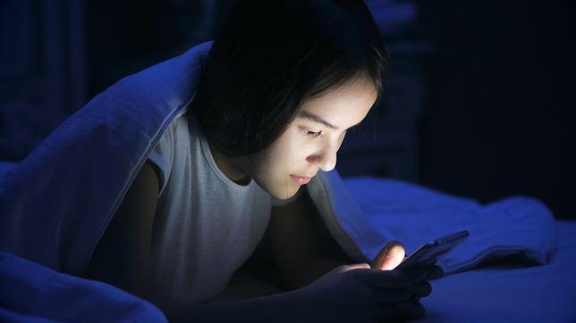 Rodzice nastolatków z równą łatwością, co bezmyślnością zrzucają późne chodzenie spać na komórki