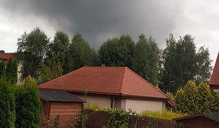 Konstancin-Jeziorna. Dym po pożarze hali magazynowej widziany jest z odległości kilku kilometrów