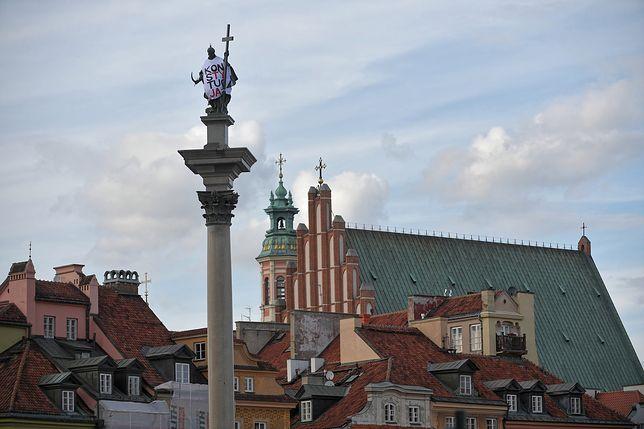 """Koszulka z napisem """"Konstytucja"""" na kolumnie Zygmunta"""