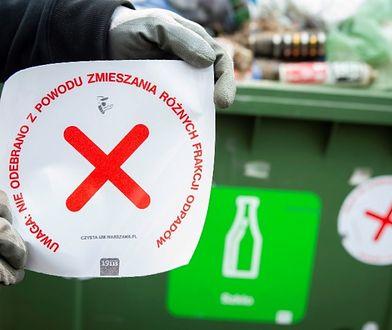 Segregacja odpadów. Znalazłeś taką naklejkę na swoim kontenerze? Możesz sporo zapłacić