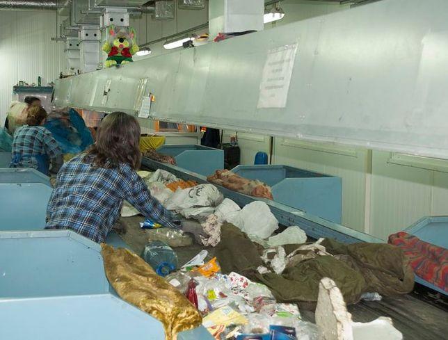 Płońsk. Zwłoki noworodka znaleziono w sortowni odpadów PGK w Płońsku