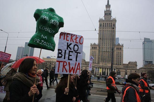 """""""Piekło kobiet trwa"""", """"Lekarzy nie misjonarzy"""", """"Płać alimenty"""". Ulicami Warszawy przeszła Manifa [ZDJĘCIA]"""