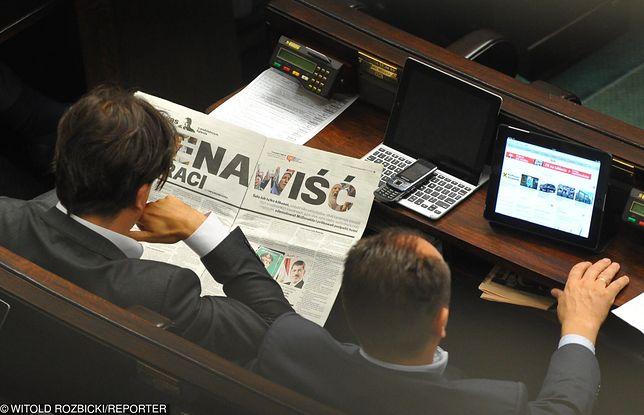 Sierpień 2013 roku. Posiedzenie Sejmu. Posłowie czytają o masakrze w Egipcie dokonanej na tle religijnym.