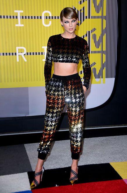 Taylor Swift w dwuczęściowym kostiumie Ashish