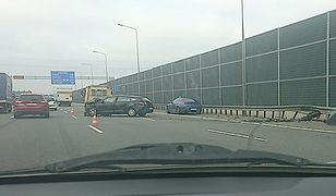 Opel wpadł na barierki ochronne