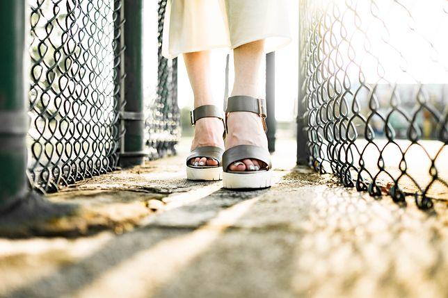 W cieplejsze dni częściej zakładamy sandały na podwyższeniu niż zabudowane czółenka