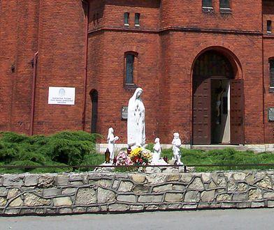 W ubiegłym roku ktoś rozbił figurę Maryi, która stoi przed kościołem w Grodźcu