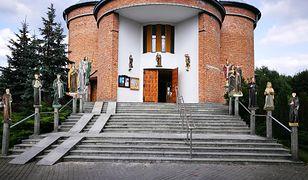 Wandale zdemolowali Aleję Świętych przy kościele parafialnym w Zarzeczu