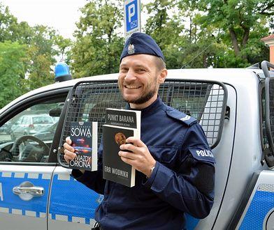 St. sierż Aleksander Sowa pracuje w policji. Od 20 lat pisze też książki.