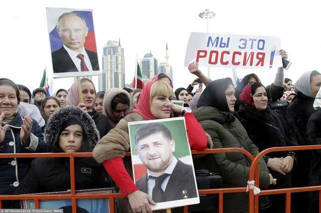 Dzień Jedności Narodowej w Groznym. Na portretach Władimir Putin i przywódca Czeczenii Ramzan Kadyrow