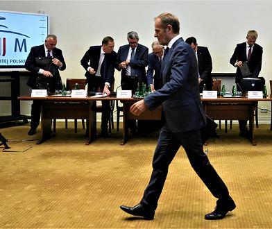 Donald Tusk wychodzi z przesłuchania komisji ws. VAT