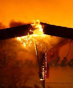 """Pożar dosłownie pochłonął miasto w USA. Zdjęcia """"przed"""" i """"po"""" pokazują skalę tragedii"""