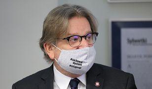 """Koronawirus. Główny inspektor sanitarny na spotkanie z dziennikarzami założył maseczkę z hasłem: """"zachowaj dystans"""""""