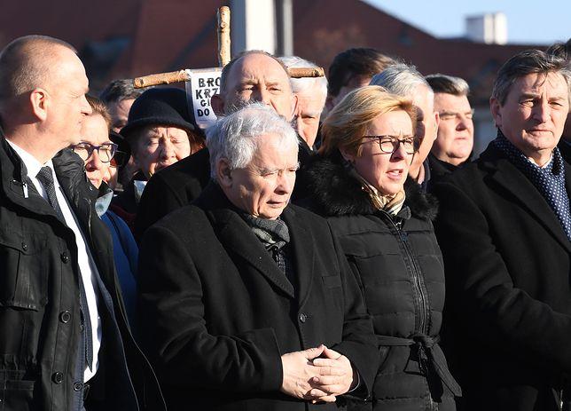 Jarosław Kaczyński w czasie modlitwy przed pomnikiem Lecha Kaczyńskiego