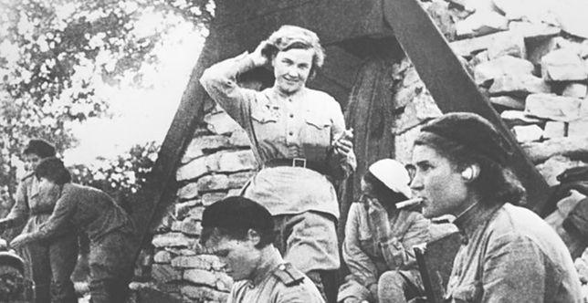"""Nadia Popowa, jedna z """"nocnych wiedźm"""", wśród innych lotniczek, między 1941 a 1945 r."""