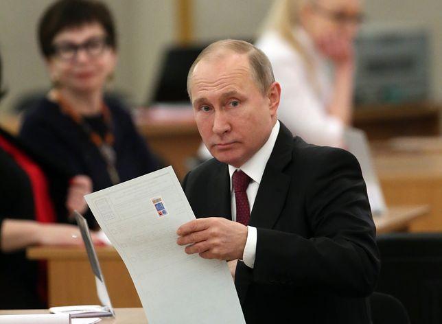 Prezydent Rosji Władimir Putin w lokalu wyborczym