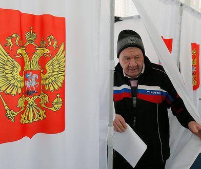 Rosjanin oddaje głos w wyborach prezydenckich