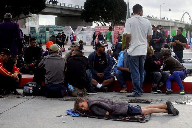 Tysiące imigrantów koczują na granicy z USA. Są wśród nich dzieci