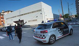Nożownik wdarł się na jeden z komisariatów w Barcelonie