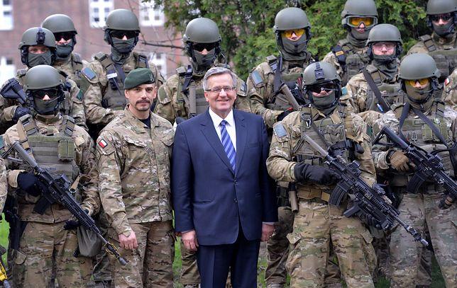 Prezydent Bronisław Komorowski i dowódca Jednostki Wojskowej AGAT płk Sławomir Berdychowski pozują do zdjęcia z żołnierzami