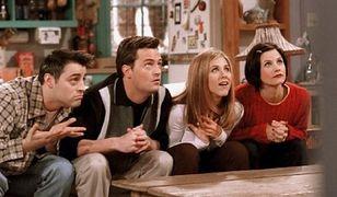 """Według niektórych millenialsów, oglądających serial """"Przyjaciele"""" po raz pierwszy, prezentuje on poglądy seksistowskie, homofobiczne i transfobiczne."""