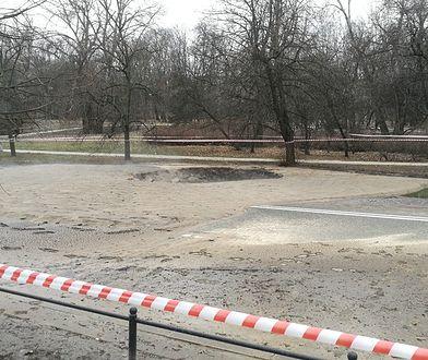 Po rozszczelnieniu rury na ulicy Kruczkowskiego pojawiła się wyrwa i mnóstwo błota