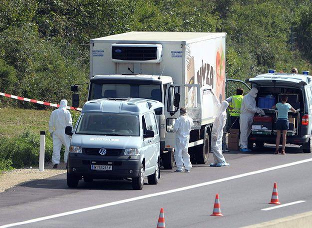 Porzucony na autostradzie samochód chłodnia, w którym znaleziono ciała 71 imigrantów.