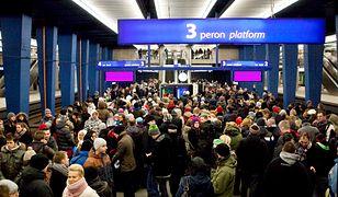 Na niektórych dworcach w sobotnie popołudnie nadal trzeba czekać ponad 6 godzin.
